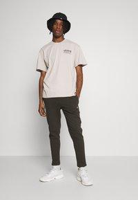 Edwin - HOKUSAI NOH MASKS UNISEX - Print T-shirt - silver cloud - 1