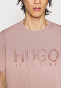 HUGO - DOLIVE - Print T-shirt - light/pastel brown - 4