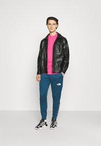 9N1M SENSE - BUTTERFLY CLOUDS UNISEX - T-shirt imprimé - azalea pink - 1