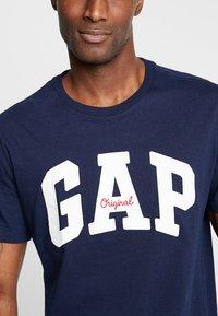 GAP - ORIG ARCH  - Print T-shirt - tapestry navy - 4
