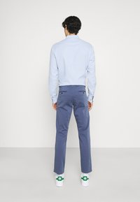 Tommy Hilfiger - BLEECKER FLEX - Spodnie materiałowe - faded indigo - 2
