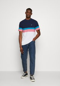 Tommy Jeans - GRAPHIC COLORBLOCK TEE - Print T-shirt - twilight navy - 1