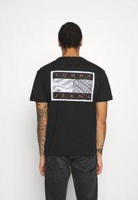 Tommy Jeans - BACK FLAG TEE UNISEX - T-shirt med print - black - 2