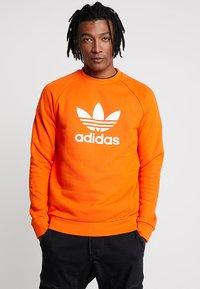adidas Originals - TREFOIL CREW UNISEX - Sweatshirt - orange - 0