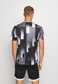 Nike Performance - DRY TOP - Camiseta estampada - black/white - 2