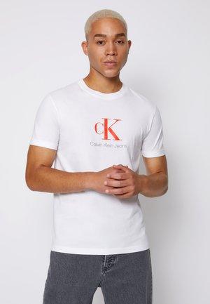 MONOGRAM ROLL CUFF TEE - T-Shirt print - bright white
