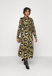 Vero Moda - VMGREETA DRESS - Košilové šaty - beech/greeta - 1