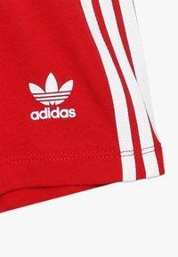 adidas Originals - TEE SET UNISEX - Shorts - white/scarlet - 3
