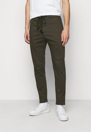 PANATLONE DOM - Spodnie materiałowe - olive