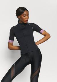 ONLY Play - ONPPERFORMANCE BIKE - T-Shirt print - black/elderberry - 0