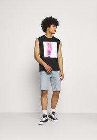 Levi's® - 405 STANDARD  - Shorts di jeans - punch line philosophers cloud - 1