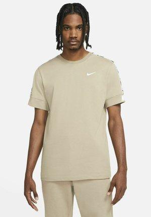 REPEAT TEE  - T-shirt med print - khaki/white