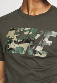 Nike Performance - DRY TEE BLOCK - Print T-shirt - sequoia/mystic stone - 5