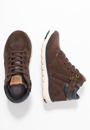 XUNDAY BOY - Zapatillas altas - brown/navy