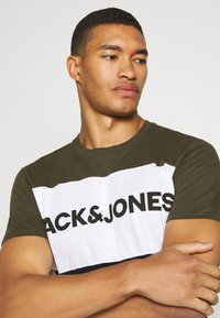 Jack & Jones - JJELOGO BLOCKING TEE - T-shirt con stampa - forest night - 3