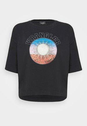 BOXY TEE - T-shirts med print - washed black