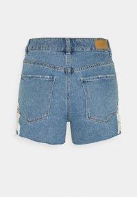 Vero Moda Petite - VMNINETEEN CROCHET - Shorts di jeans - light blue denim/birch crochet - 1