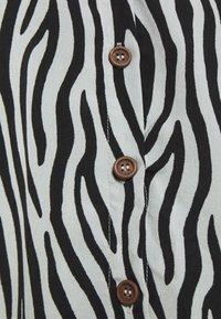 Missguided Tall - BUTTON THRU SMOCK DRESS ZEBRA - Day dress - black - 2
