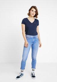 Tommy Jeans - SOFT V NECK TEE - T-shirt basic - black iris - 1