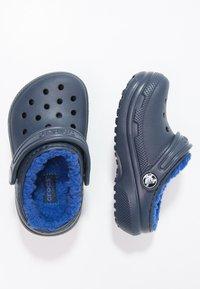 Crocs - CLASSIC LINED - Pantolette flach - navy/cerulean blue - 1