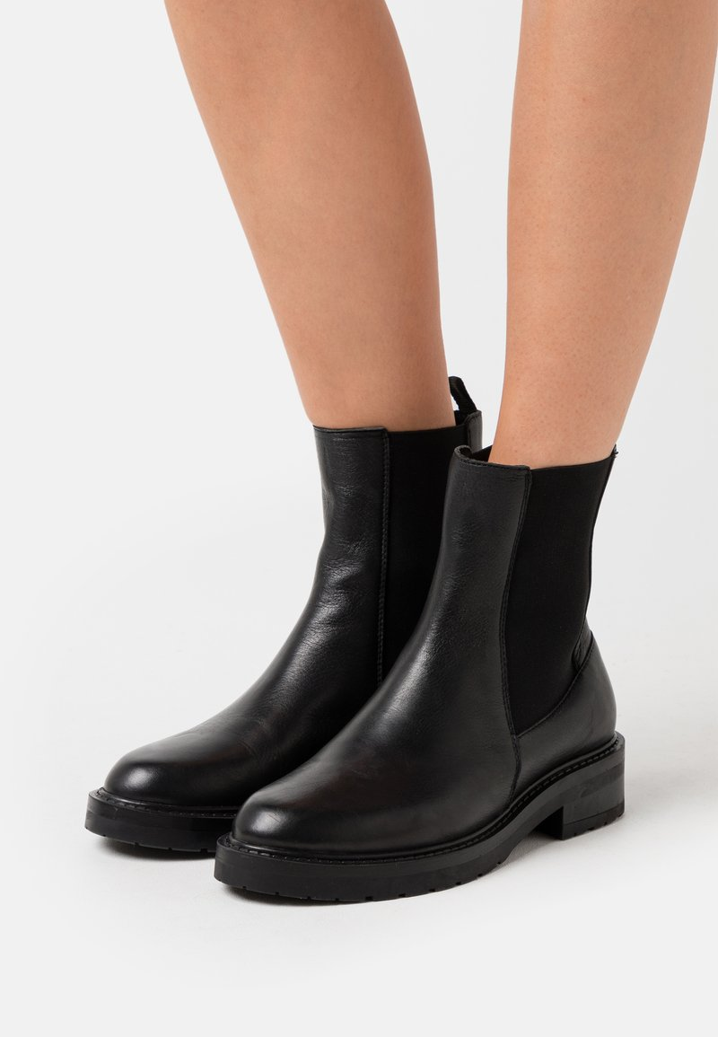 Pavement - JEMMA LONG - Classic ankle boots - black garda