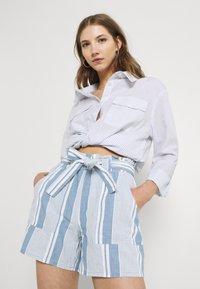 Vero Moda - VMAKELA CHAMBRAY PAPERBAG  - Shorts - light blue denim/white - 4