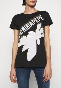 Patrizia Pepe - LOGO SHIRT - Print T-shirt - nero - 5