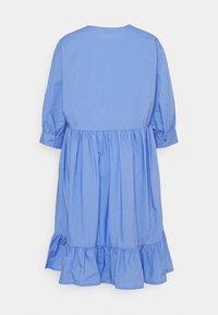 Marc O'Polo DENIM - DRESS WRAP OPTIC RUFFLE HEM - Denní šaty - intense blue - 1