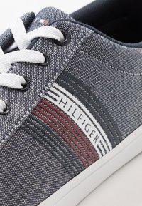 Tommy Hilfiger - ESSENTIAL SEASONAL - Sneakers basse - blue - 5