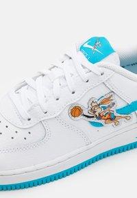Nike Sportswear - FORCE 1 SPACE JAM UNISEX - Sneakers laag - white/light blue fury/white - 5