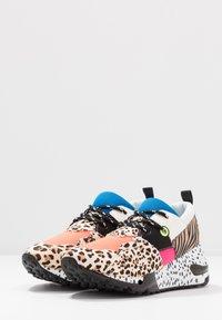 Steve Madden - CLIFF - Sneakers - orange - 4