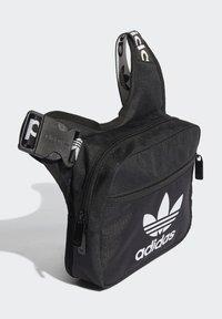 adidas Originals - SLING BAG UNISEX - Taška spříčným popruhem - black/white - 2