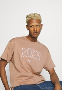 Nike Sportswear - RETRO TEE - Print T-shirt - desert dust - 3