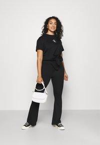 Calvin Klein Jeans Plus - PLUS KNOTTED TEE - Print T-shirt - black - 1