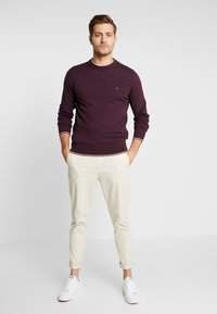 Tommy Hilfiger - TIPPED CREW NECK - Stickad tröja - red - 1