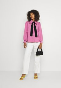 Sister Jane - GEM PLAYER BOW BLOUSE - Button-down blouse - pink - 1