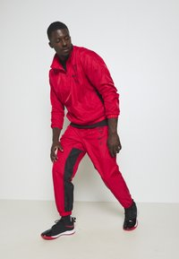 Nike Performance - NBA CHICAGO BULLS TRACKSUIT - Fanartikel - university red/black - 1