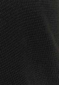 Vero Moda Curve - VMLEANNA V NECK LONG BLOUSE - Neule - black - 6