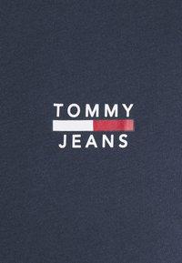 Tommy Jeans - CHEST LOGO TEE - T-shirt z nadrukiem - twilight navy - 6
