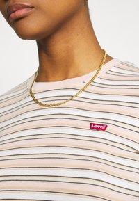 Levi's® - BABY TEE - Print T-shirt - beige/white - 4