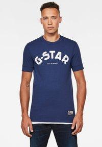 G-Star - FELT APPLIQUE LOGO SLIM ROUND SHORT SLEEVE - T-shirt imprimé - imperial blue - 0