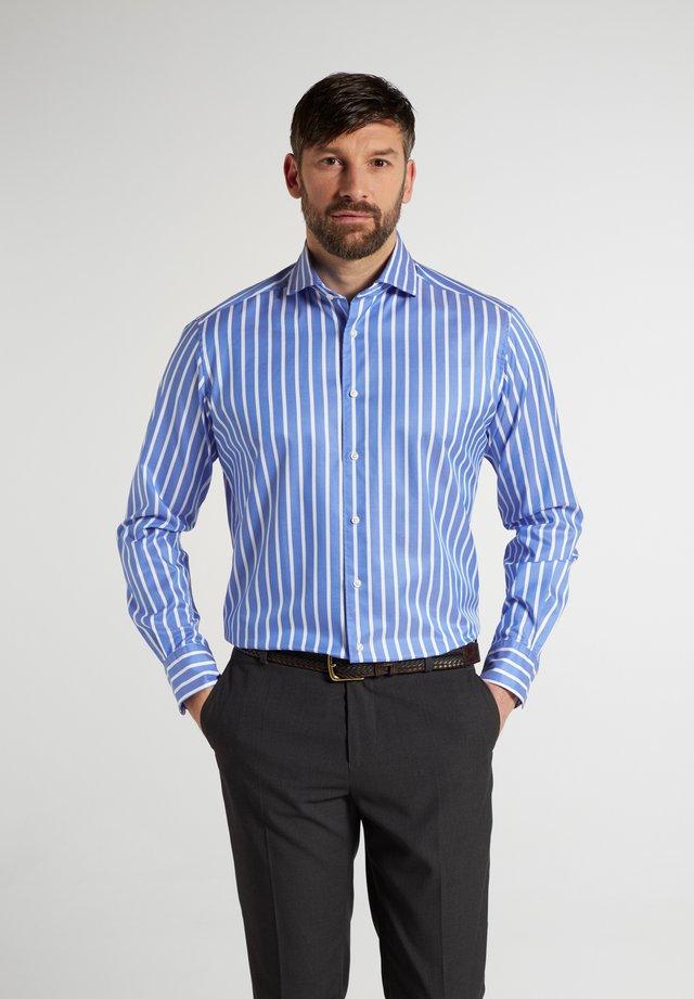 COMFORT FIT - Business skjorter - hellblau/weiß