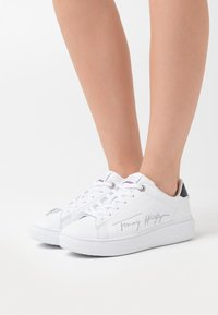 Tommy Hilfiger - SIGNATURE CUPSOLE - Sneaker low - white - 0