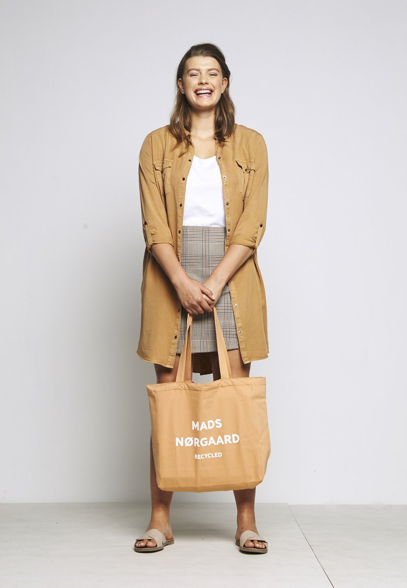 Mads Nørgaard - BOUTIQUE ATHENE - Tote bag - apricot/white