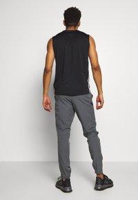 Under Armour - PROJECT ROCK UTILITY PANT - Teplákové kalhoty - pitch gray - 2