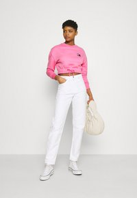 Tommy Jeans - SUPER CROPPED BADGE CREW - Maglione - pink daisy - 1