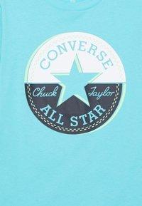 Converse - SHORT SLEEVE CHUCK PATCH GRAPHIC - Triko spotiskem - bleached cyan - 2