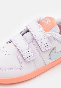 Nike Performance - PICO 5 UNISEX - Sportovní boty - light violet/metallic platinum/crimson bliss/white - 5