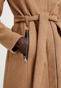 Vero Moda Tall - VMBESSY CLASS JACKET - Zimní kabát - tigers eye - 5