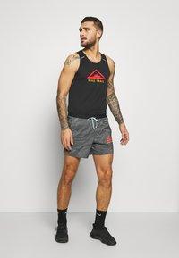 Nike Performance - RISE 365 TANK TRAIL - Camiseta de deporte - black/laser crimson - 1